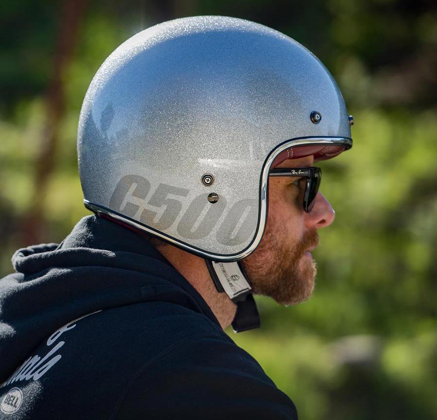casco de moto con pintura efecto silver metal flake purpurina plateada de custom creative en colourfox paints